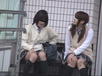 連れションする女子高生たち