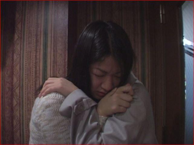 カラオケパーティーでおもらしして泣きじゃくる女友達を介抱する女の子