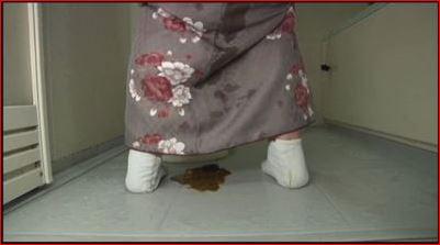 うんちおもらしの処理をするためお風呂場まで来たら着物の裾から下痢便がポトリ
