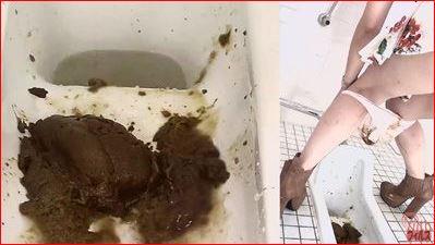 駅の和式トイレでおもらしの後始末をする女性