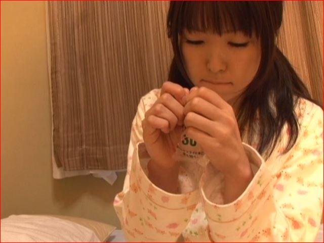 女の子がお浣腸してうんちおもらし遊びをします♪