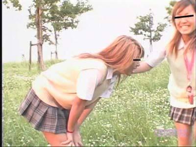 お外でお浣腸されてパンツにうんちをおもらししちゃう女子高生♪
