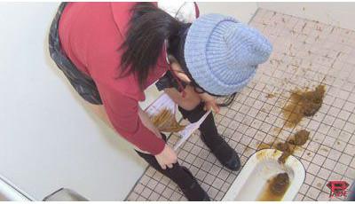 女の子のパンツに茶色いうんちのシミがべっとりです♪