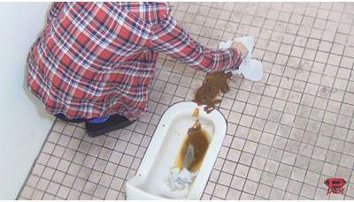 女子トイレでうんちおもらしの後始末をする女の子♪