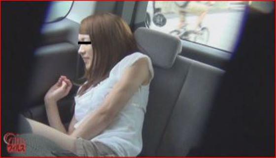 車の中でお股の前を押さえておしっこを我慢する女の子♪